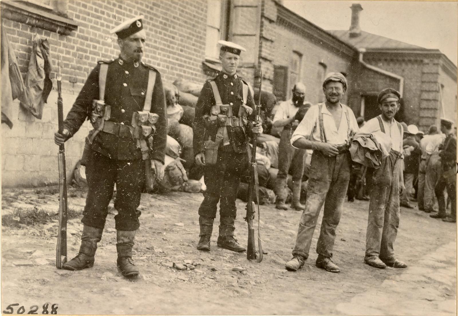 1918. Военнопленные под охраной британских морских пехотинцев с крейсера «Suffolk»