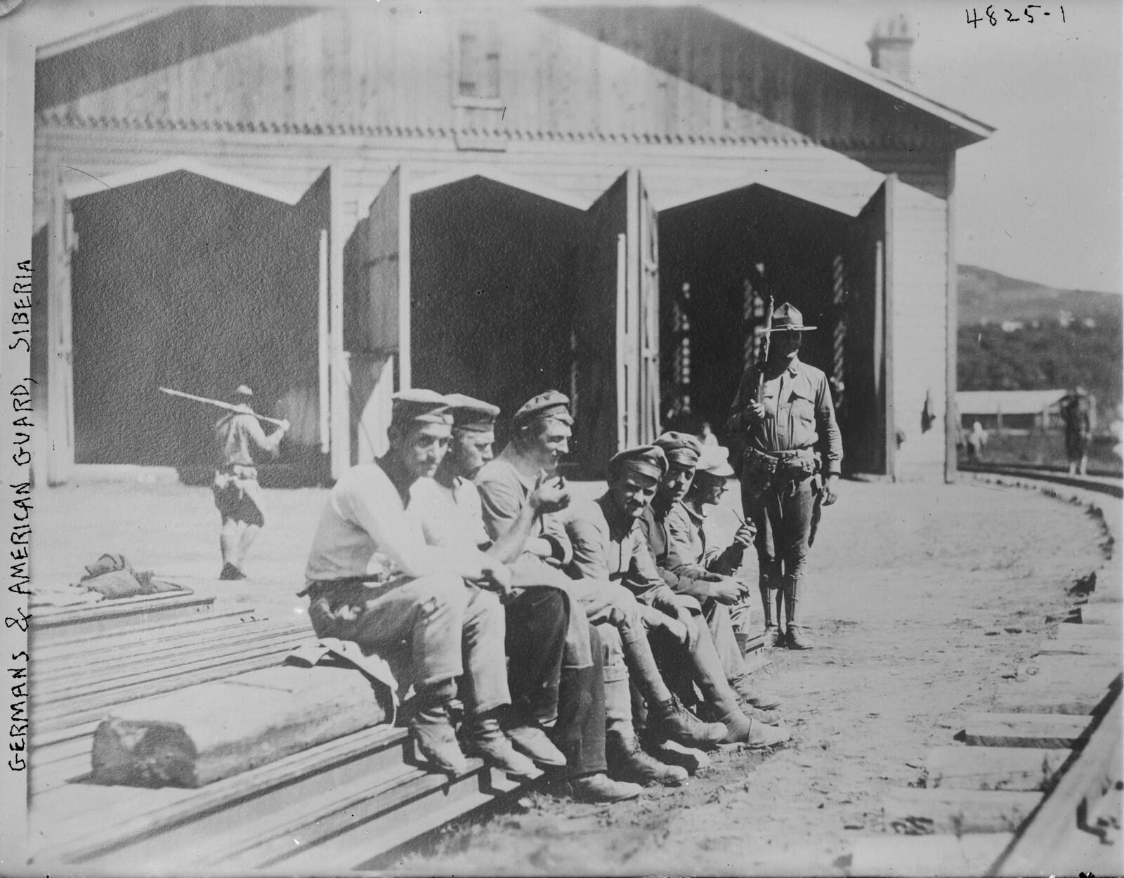 1918.  Военнопленные с американским охранником