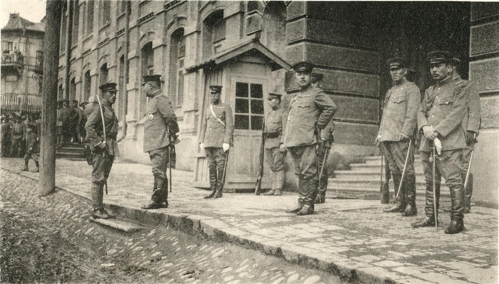 1918. Смотр войск возле японского штаба