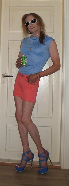 #smile #posing #partypose #summertime #summerwear #sunglasses #shorts #barelegs #highheels #sandals #drinking #beer #heineken #nordicalcoholic #tgirl #transvestite #havingfun