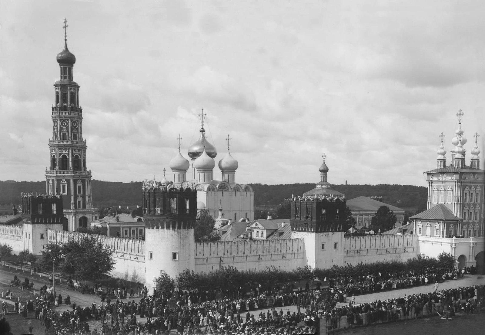 Крестный ход у Новодевичьего монастыря. 1902