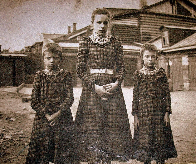 Три сестры во дворе дома Бол. Дворянская дом 36. 1900