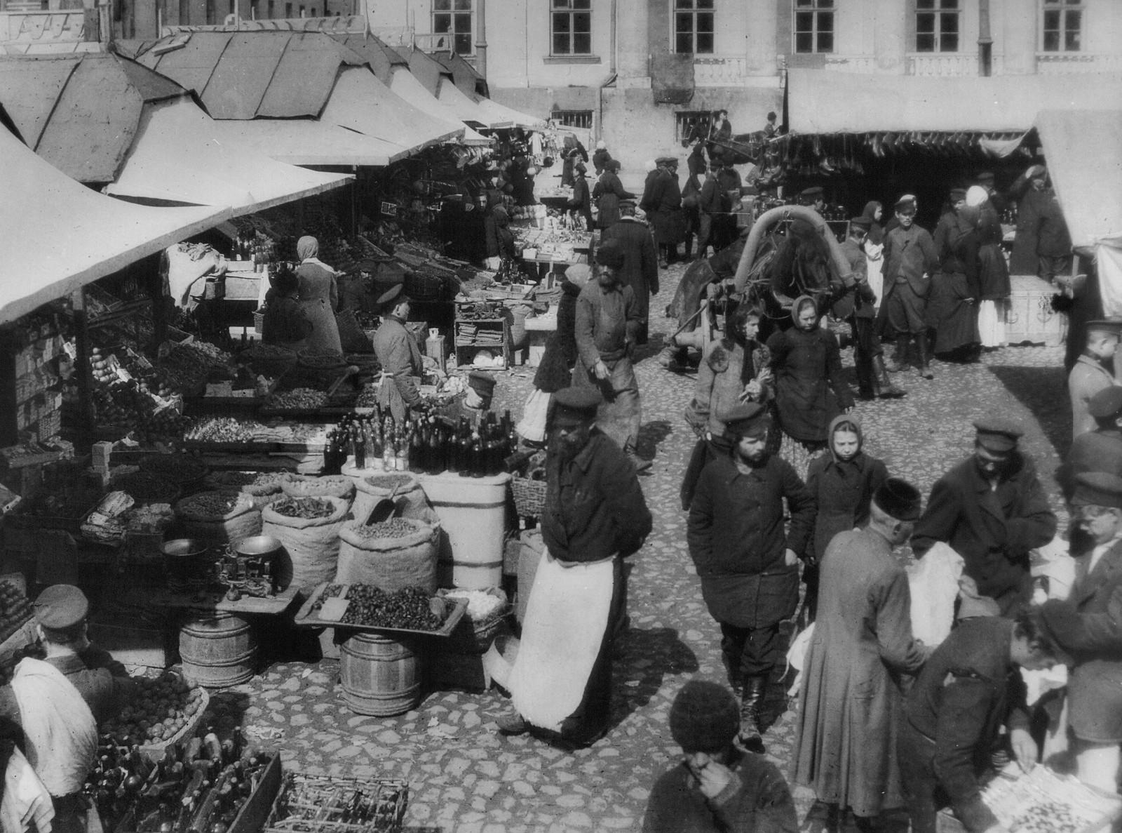 Торговля у Сухаревой башни. 1905