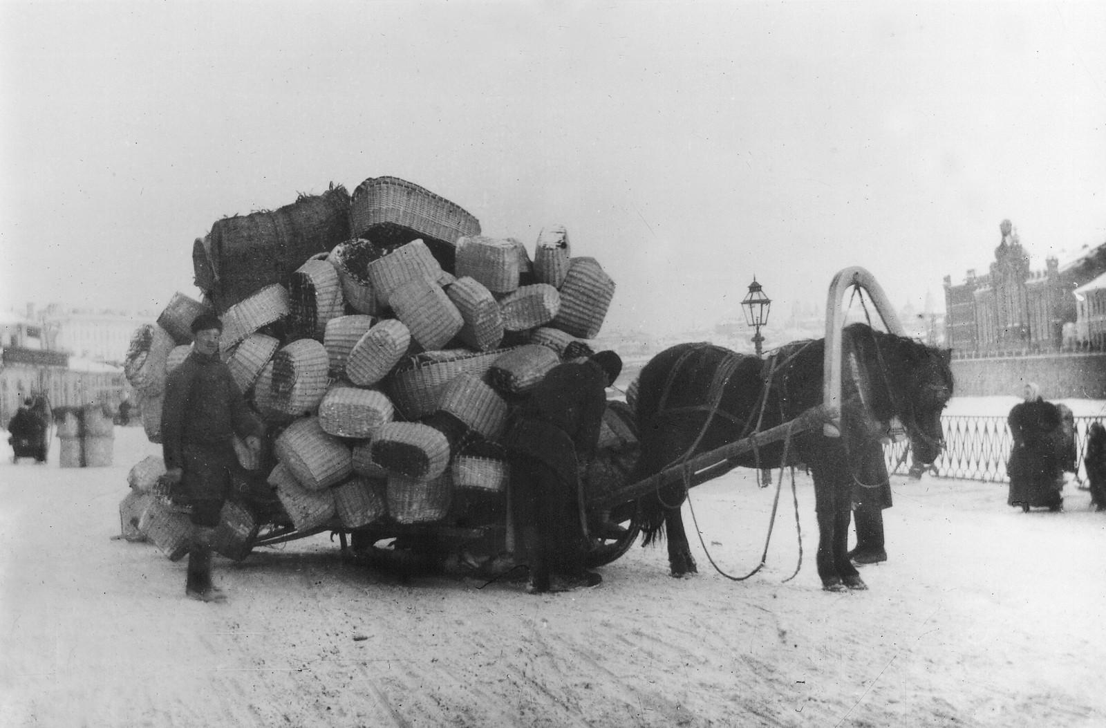 Москворецкая набережная. Воз с корзинками у Грибного рынка. 1901