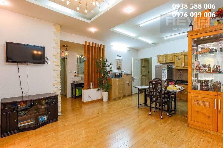 Phòng khách và một phần phòng bếp của căn hộ khánh hội 2 cần bán.