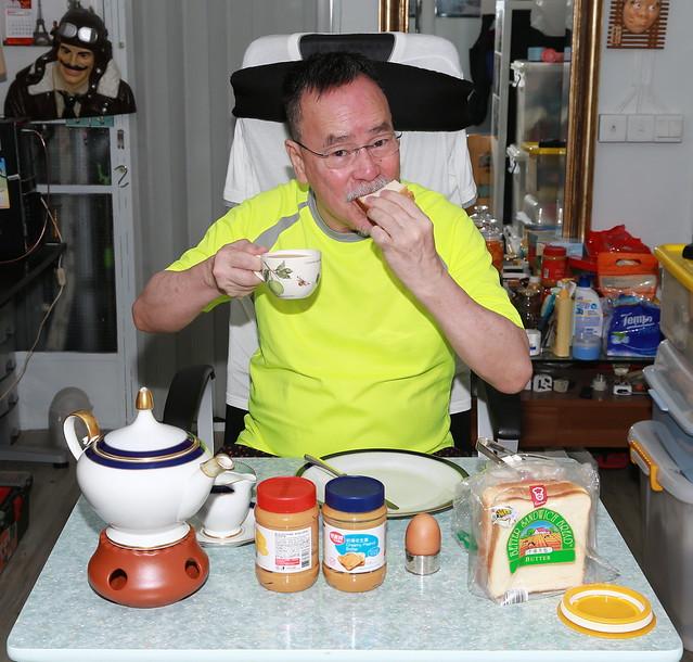 新的一天開始 , 伯伯在陋室食早餐 !