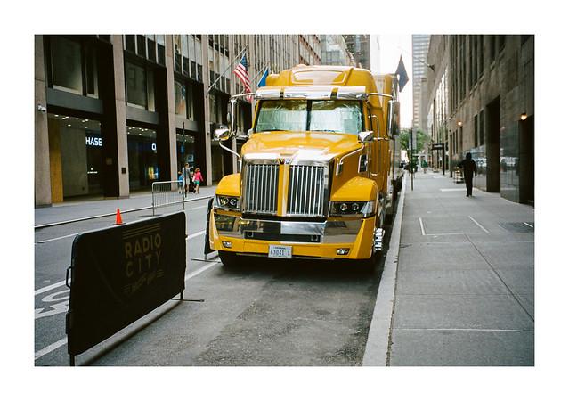 FILM - Yellow lorry