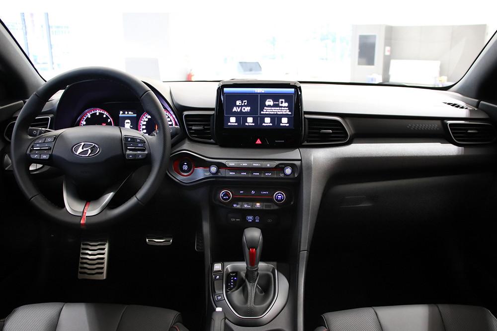 全新All-New VELOSTER以駕駛導向的內裝設計呈現強烈戰鬥氣息