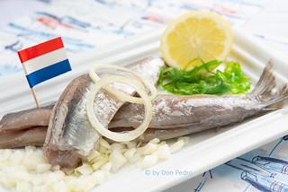 Hollandse-nieuwe, 2 haringen-op-schaal-met-uitjes