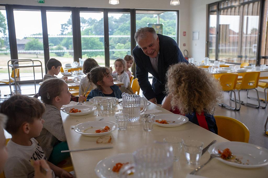Xavier Fortinon visite la cantine de l'école de Pontenx-les-Forges, membre d'Agrilocal40
