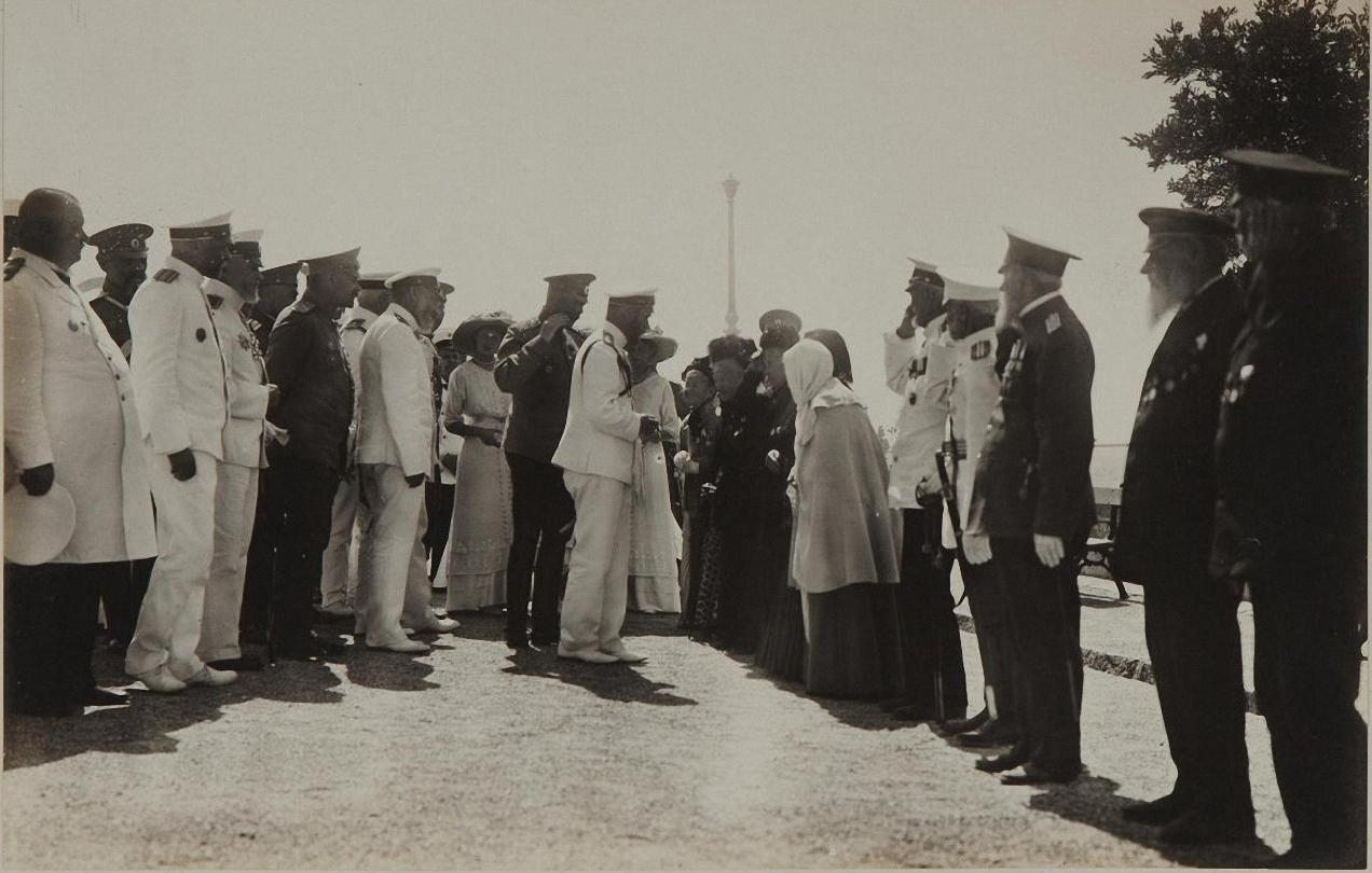 1913. Император Николай II приветствует сестер милосердия времен Крымской войны
