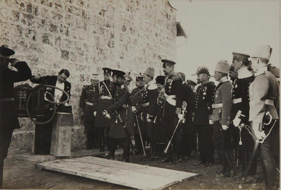 1910-1914. Демонстрация заправочного аппарата для автомобиля перед императором Николаем II и офицерами свиты