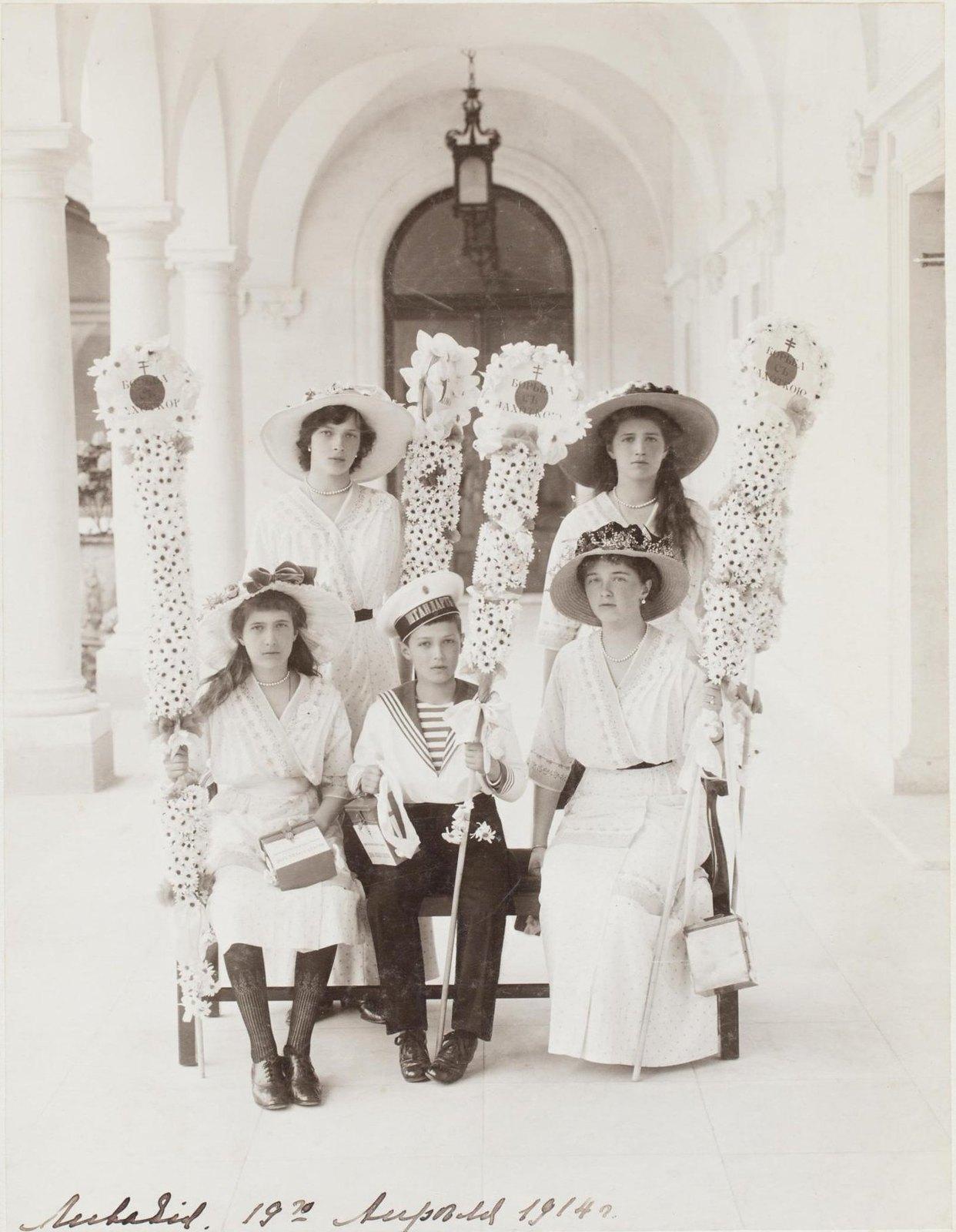 1914. Портрет детей императора Николая II и императрицы Александры Федоровны в Ливадии во время праздника белого цветка