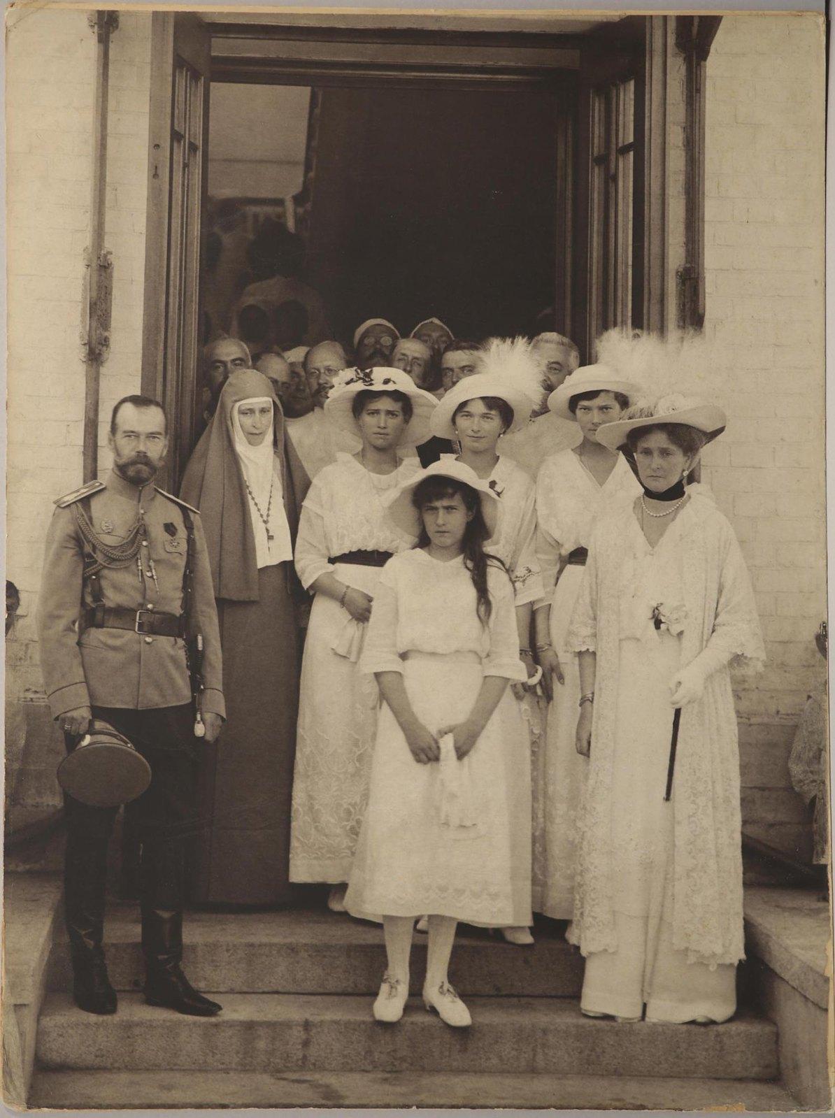 1915. Члены Императорской семьи и медицинский персонал Солдатенковской больницы во время визита к раненым воинам