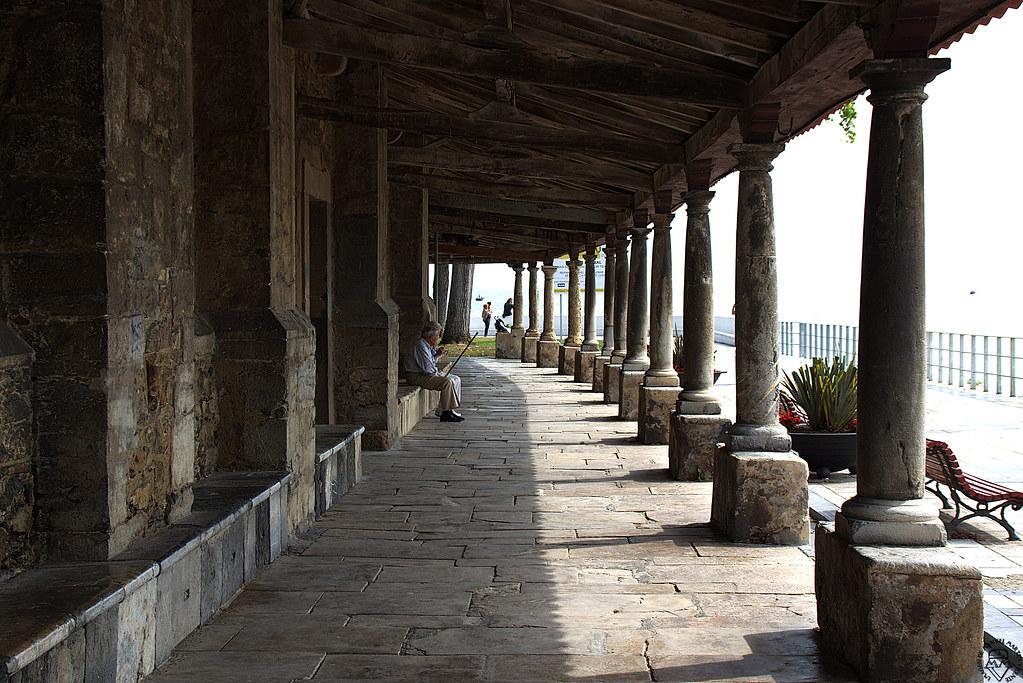 Soportales que miran al mar en la Iglesia de Luanco