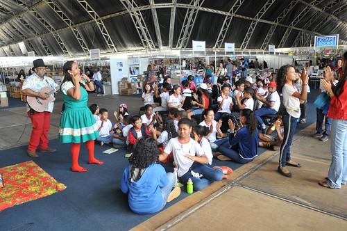 Alunos de Samambaia visitam a Feira do Livro