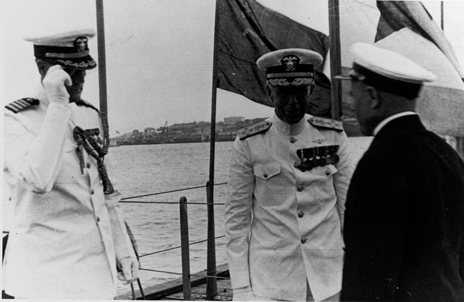 С адмиралом Ярнеллом - капитан Р.Ф. Макконнелл, его начальник штаба (слева) и неопознанный российский военно-морской офицер