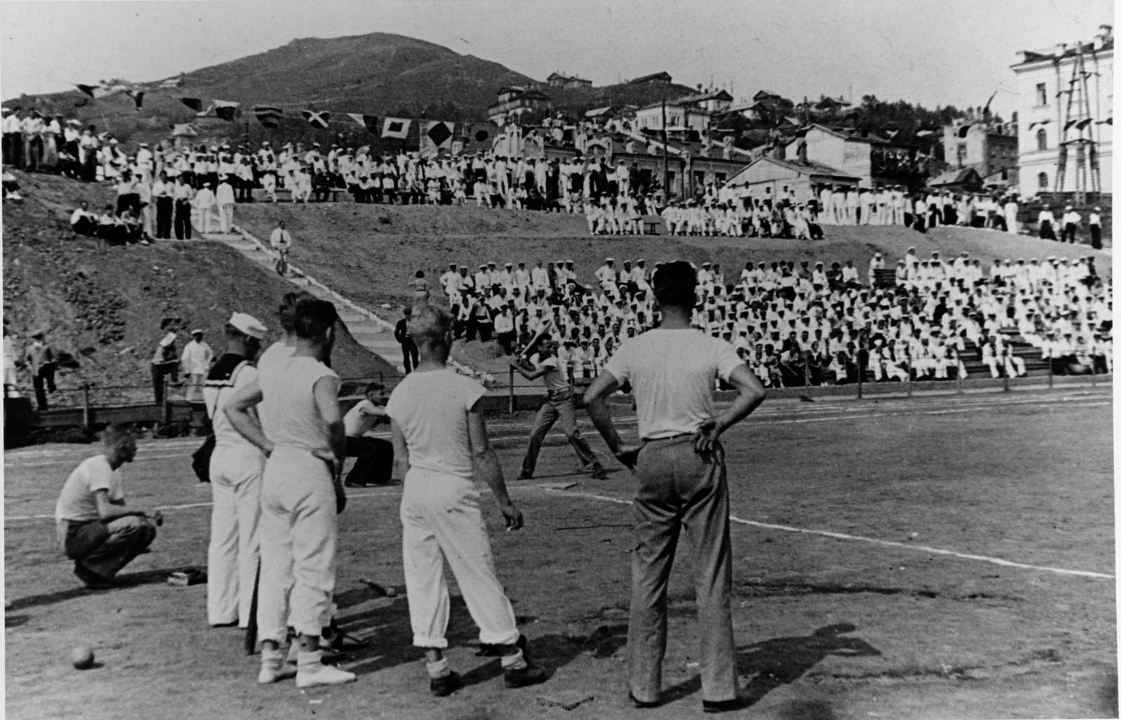 Игра в бейсбол между двумя американскими командами на стадионе, четверг, 29 июля