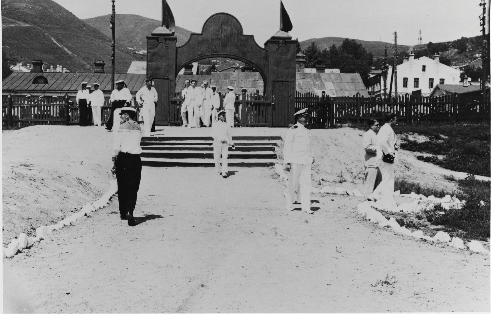 Американские офицеры и моряки идут на стадион, чтобы посмотреть спортивные соревнования. 29 июля