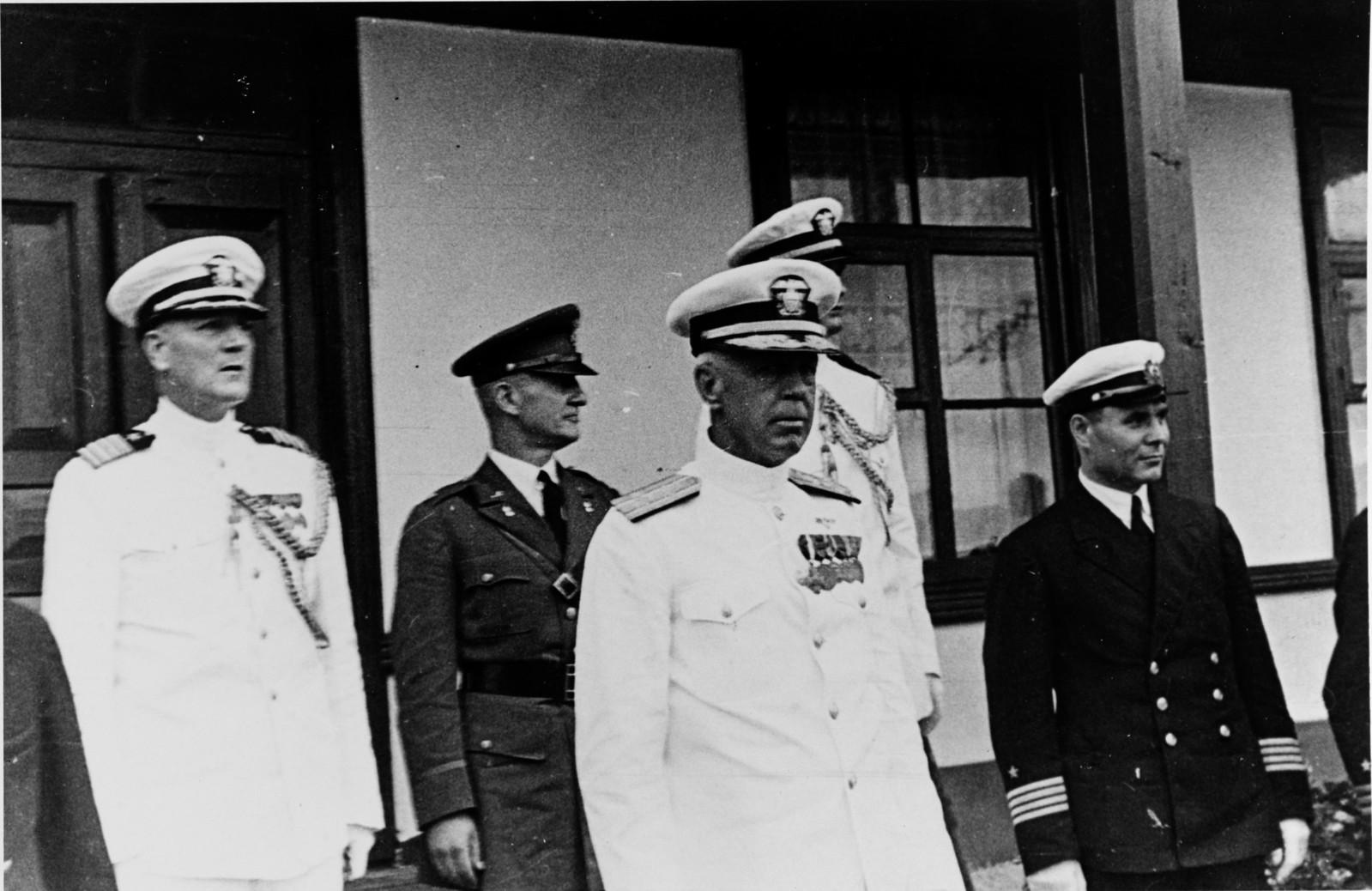 Главнокомандующий Азиатским флотом США адмирал Е. Н. Ярнелл, лейтенант Дж. Сильвестр и неопознанный капитан российского флота