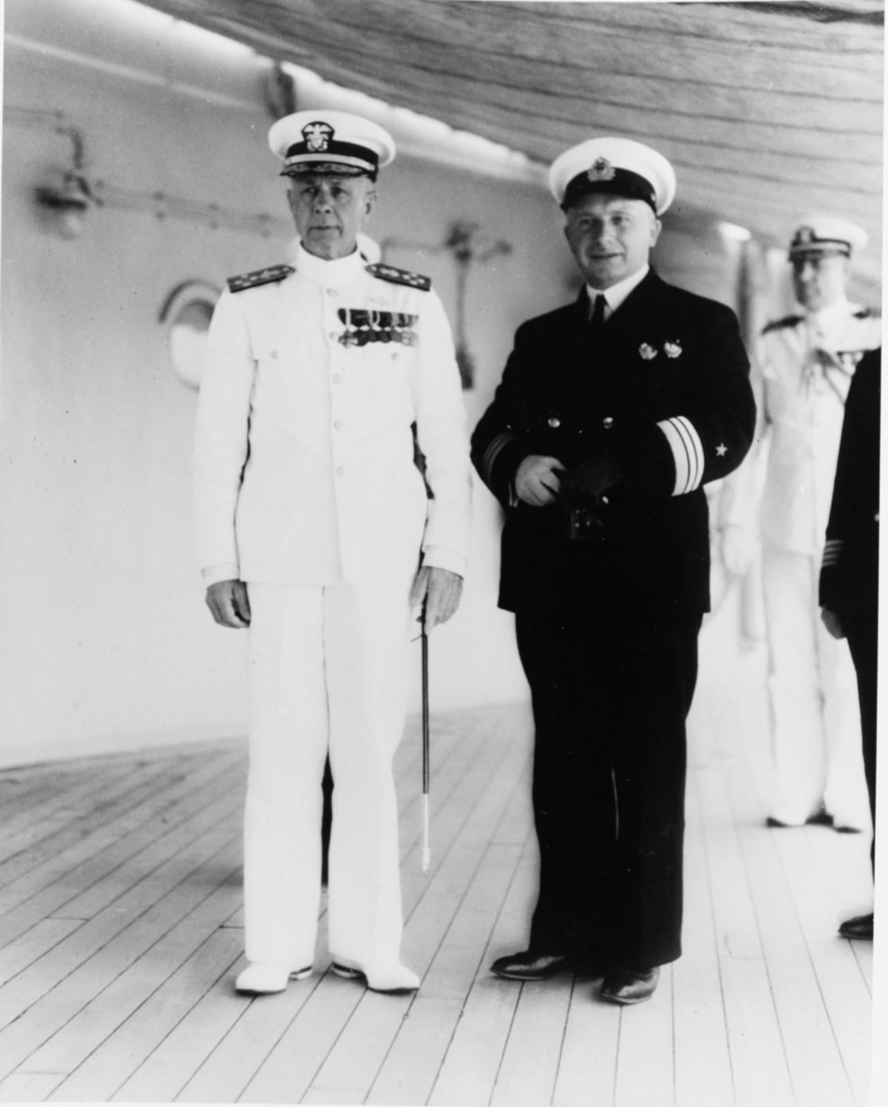 Командующий Тихоокеанским флотом флагман 1 ранга Г. Киреев (справа) на борту крейсера  «Огаста»