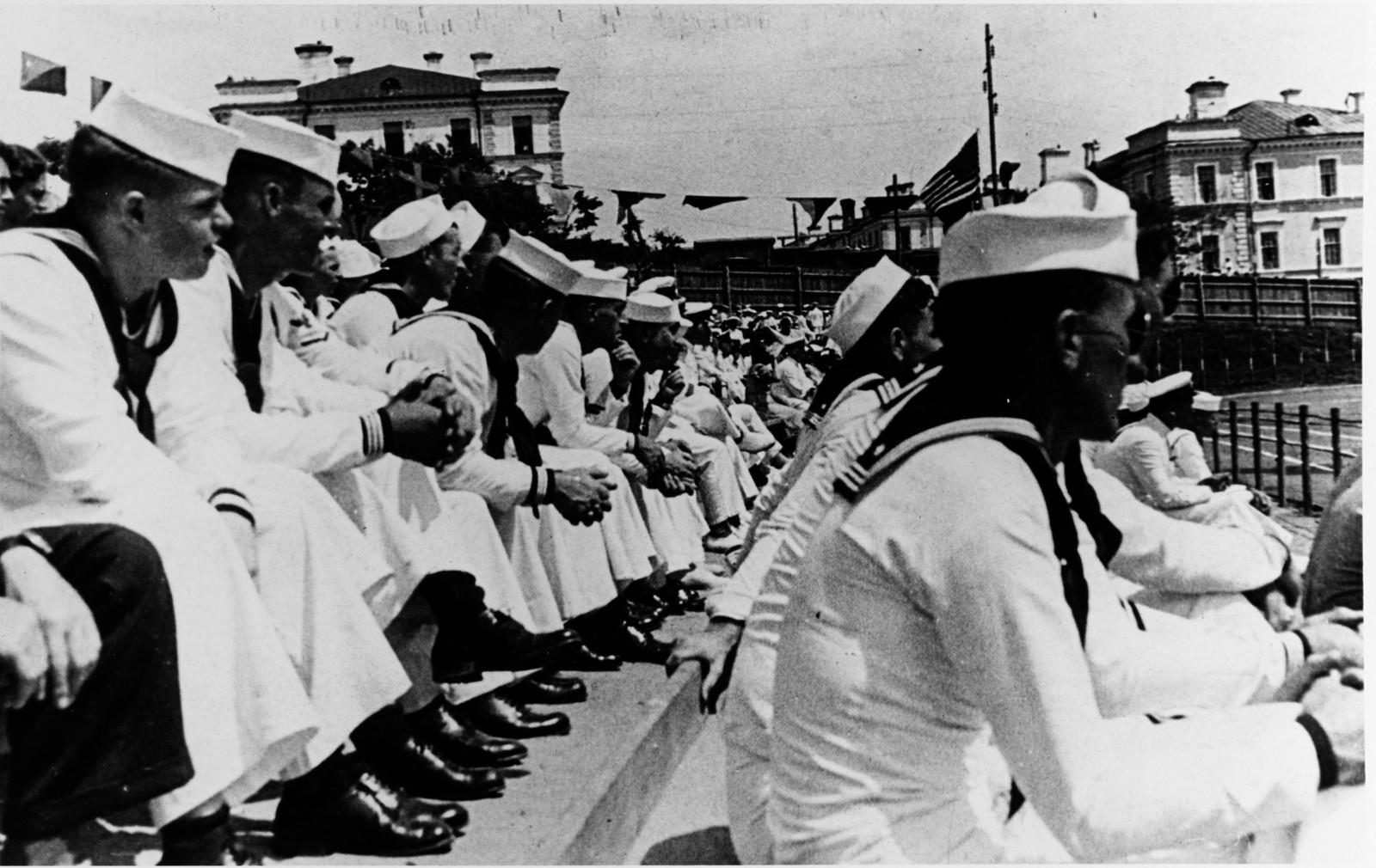 1937. Моряки смотрят футбольный матч на стадионе. 29 июля