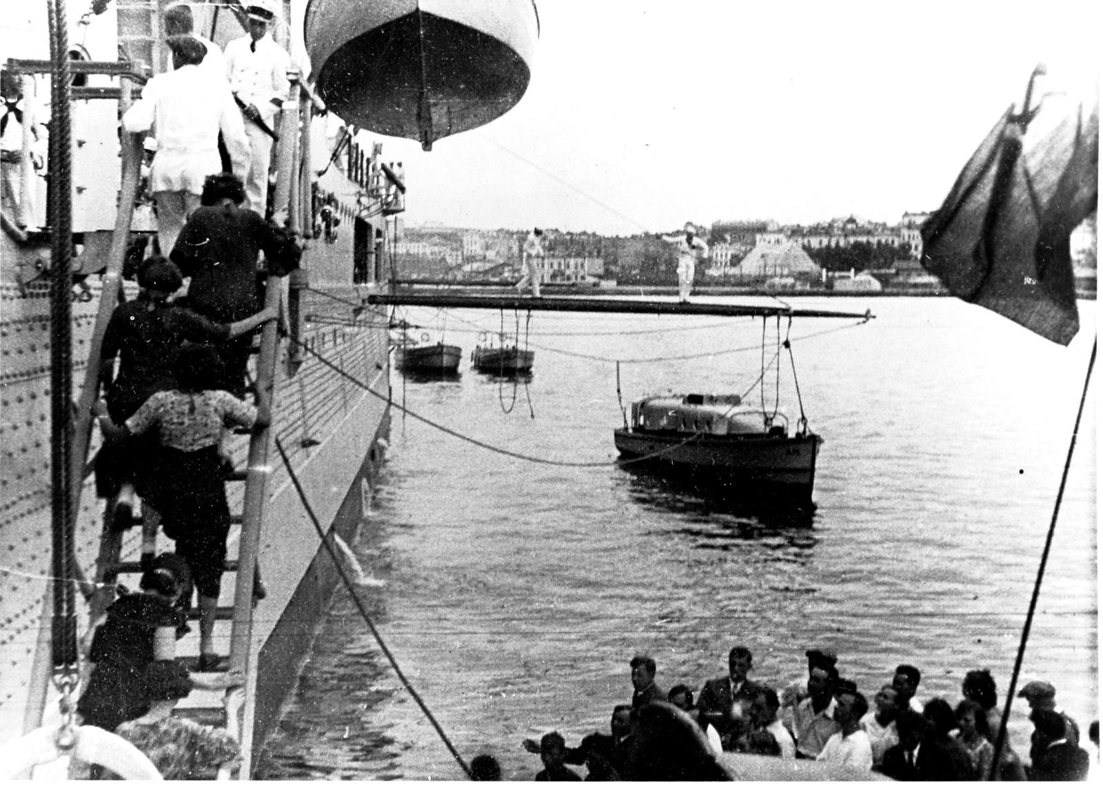 Гражданские лица посещают корабль в субботу, 31 июля