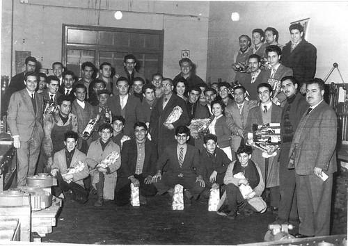 Srs Benasco i Garriga amb treballadors de la fàbrica de l'Hospitalet del Llobregat