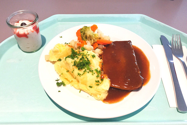 Meatloaf wit onion sauce & mashed potatoes / Hackbraten mit Zwiebelsauce & Kartoffelpüree