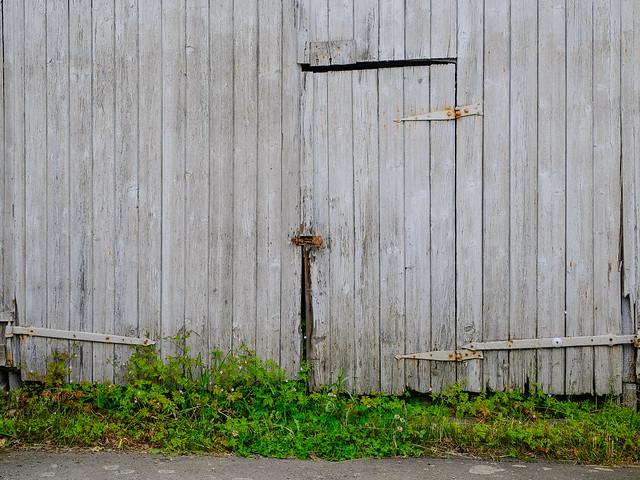 graue Türe im grauen Tor