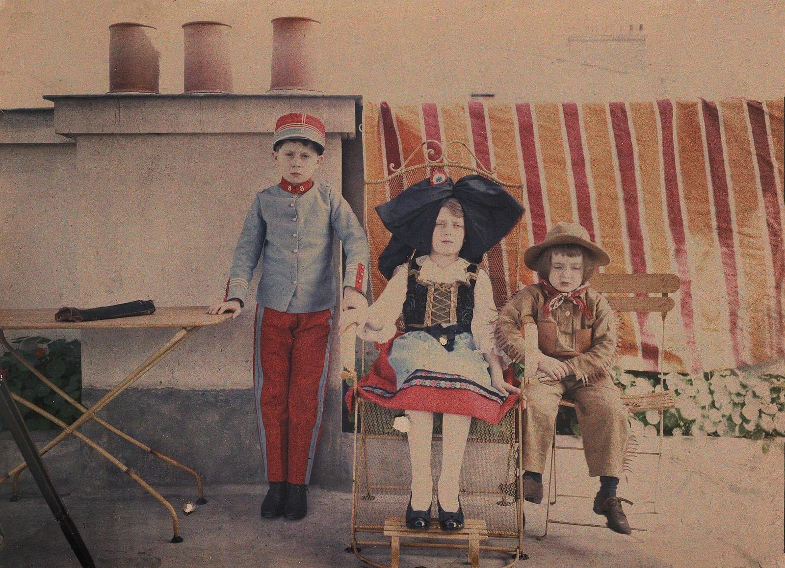 1914. Девушка, одетая как эльзасец и мальчики в военных