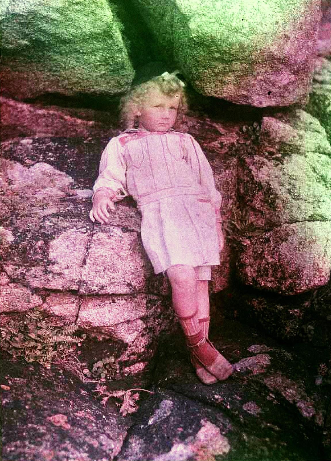 1911. Андре Гейн возле скал