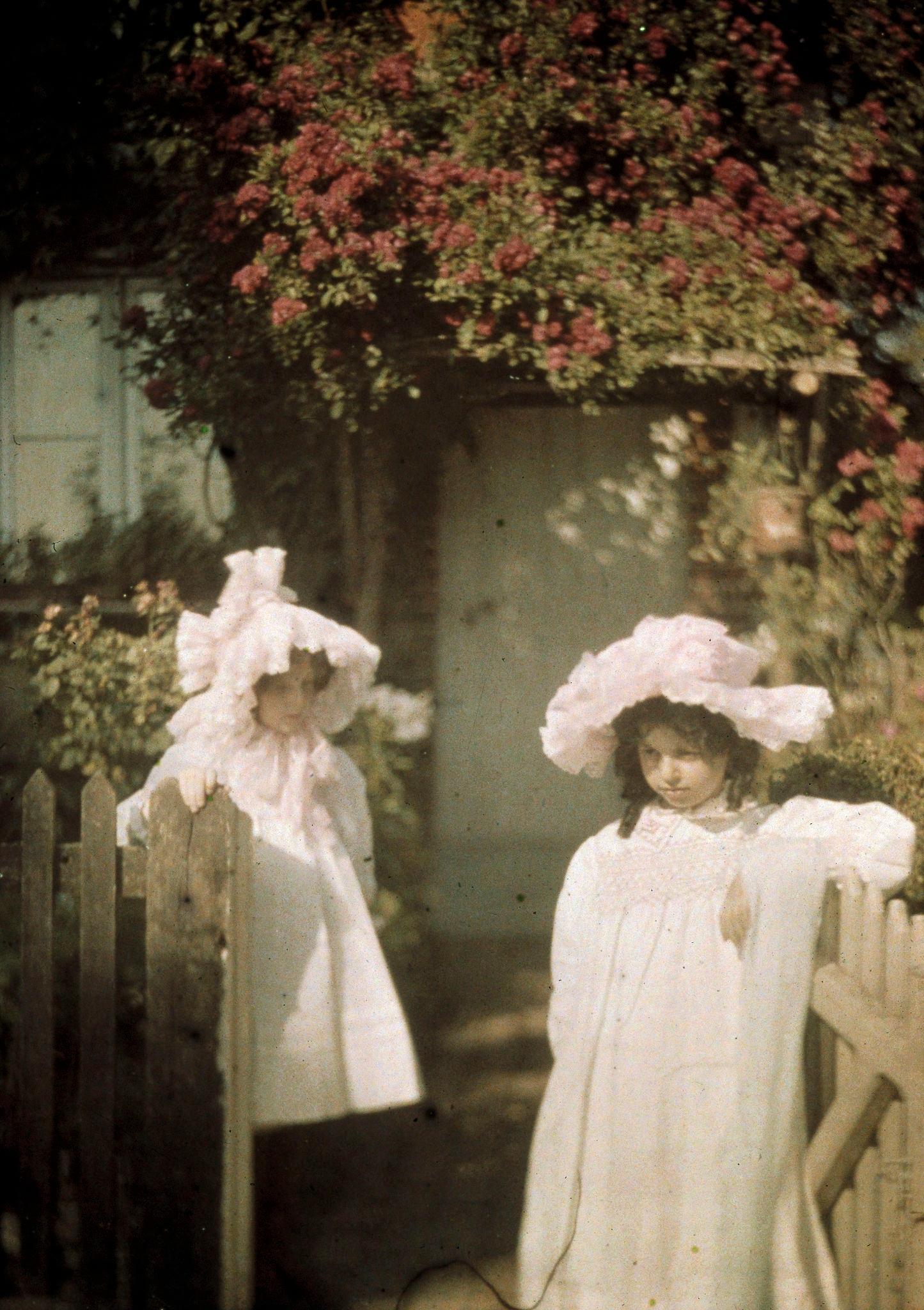 1915. Две девушки у ворот