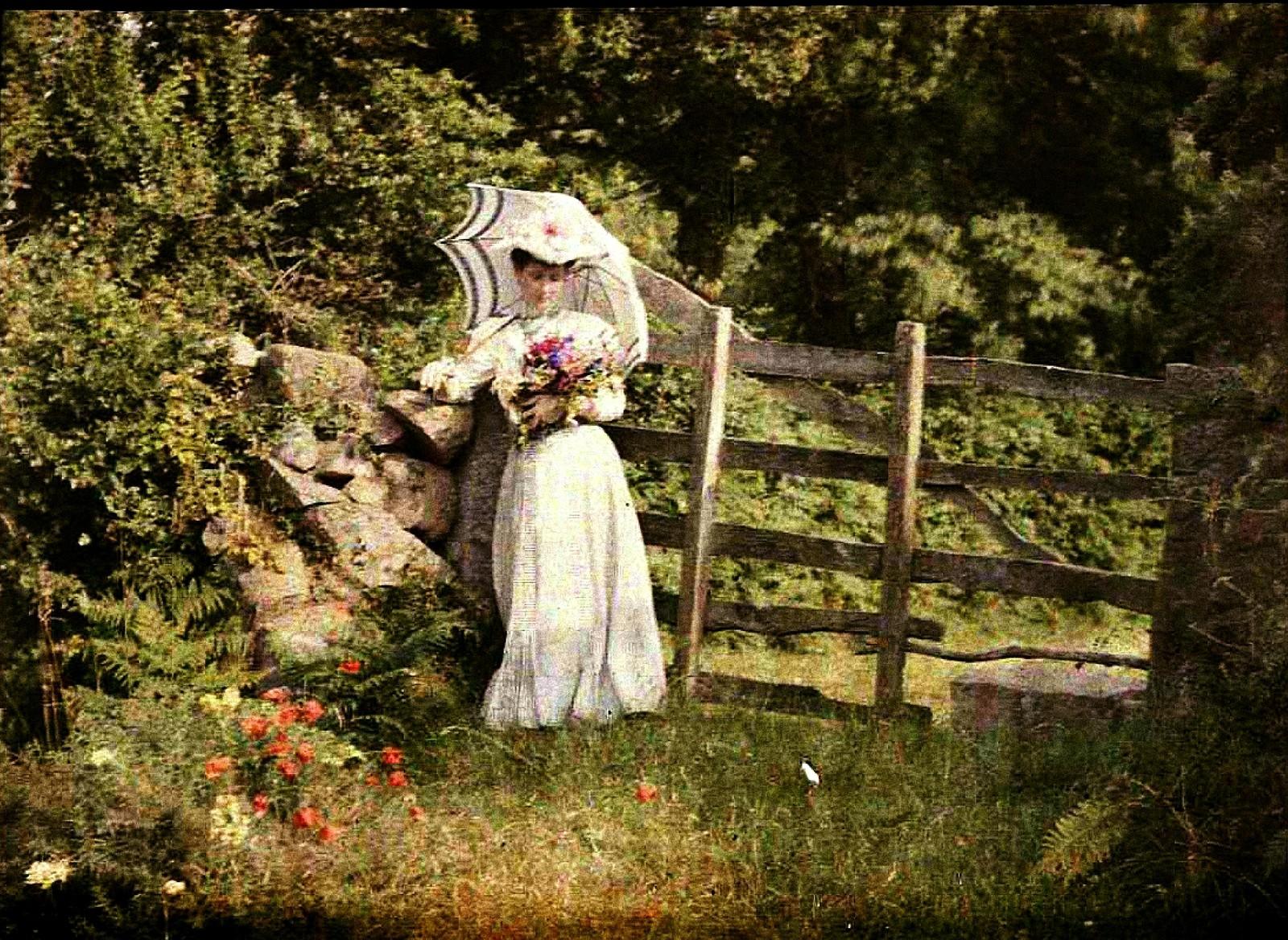 1911. Аделина с букетом цветов