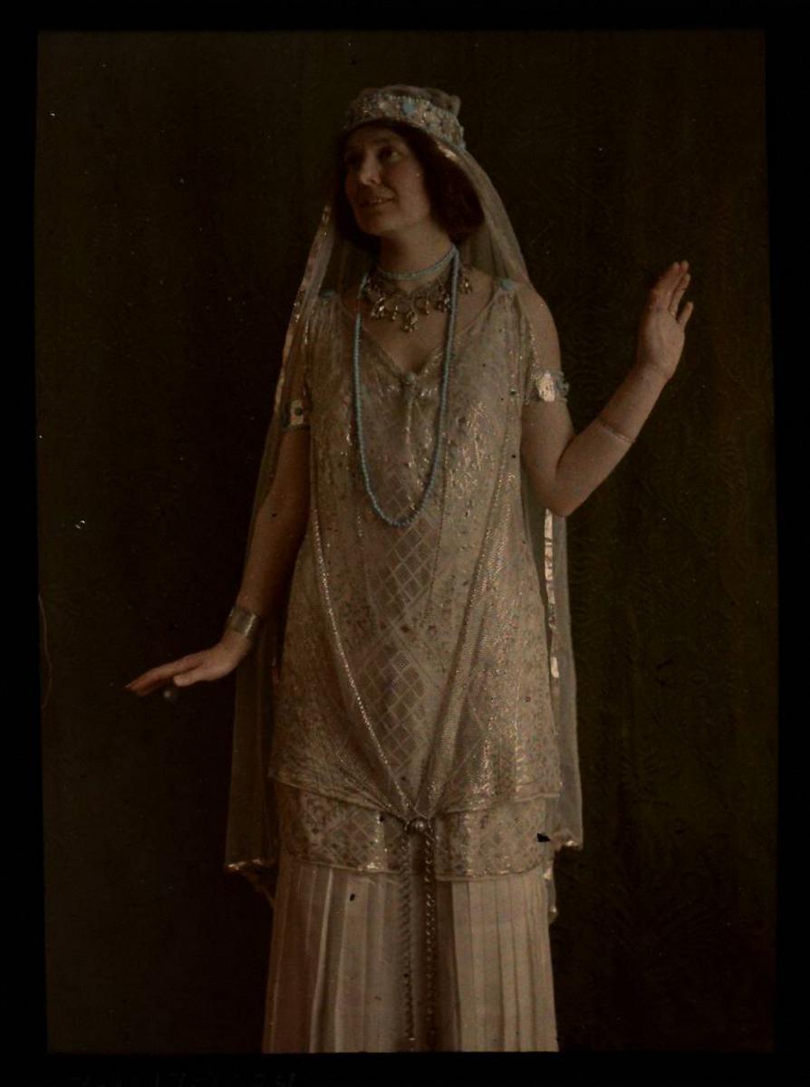 1915.  Женщина в золотом костюме