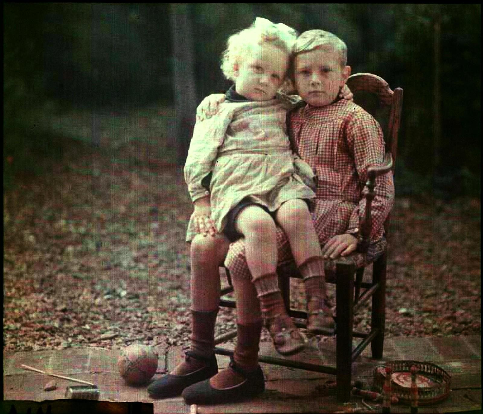1911. Андре сидит на коленях своего брата Пьера
