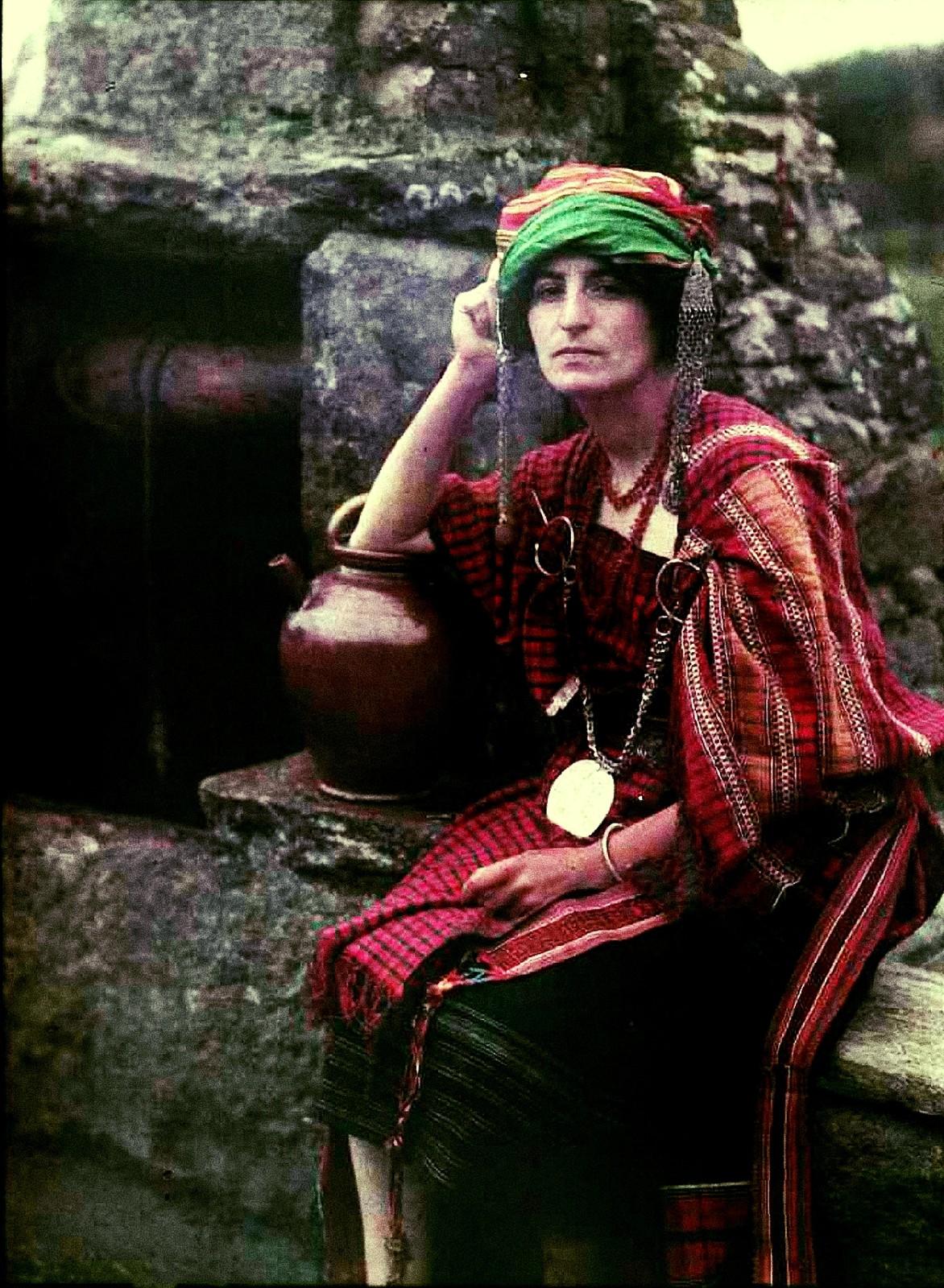 1910. Женщина в тунисском костюме у колодца
