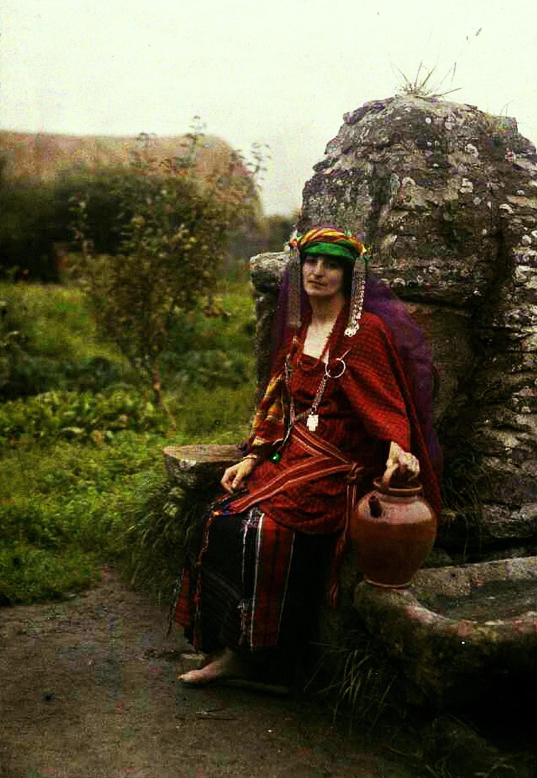 1910. Женщина в тунисском костюме у колодца (2)