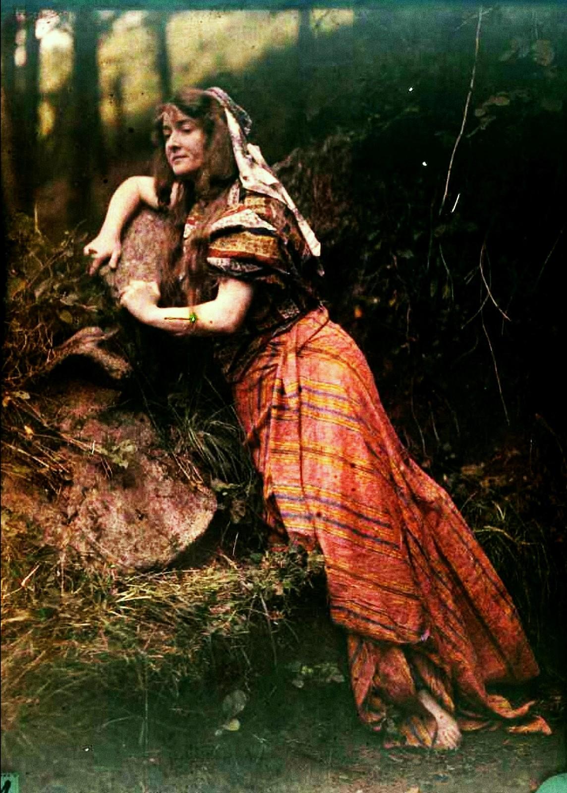 1910. Женщина в оранжевой юбке