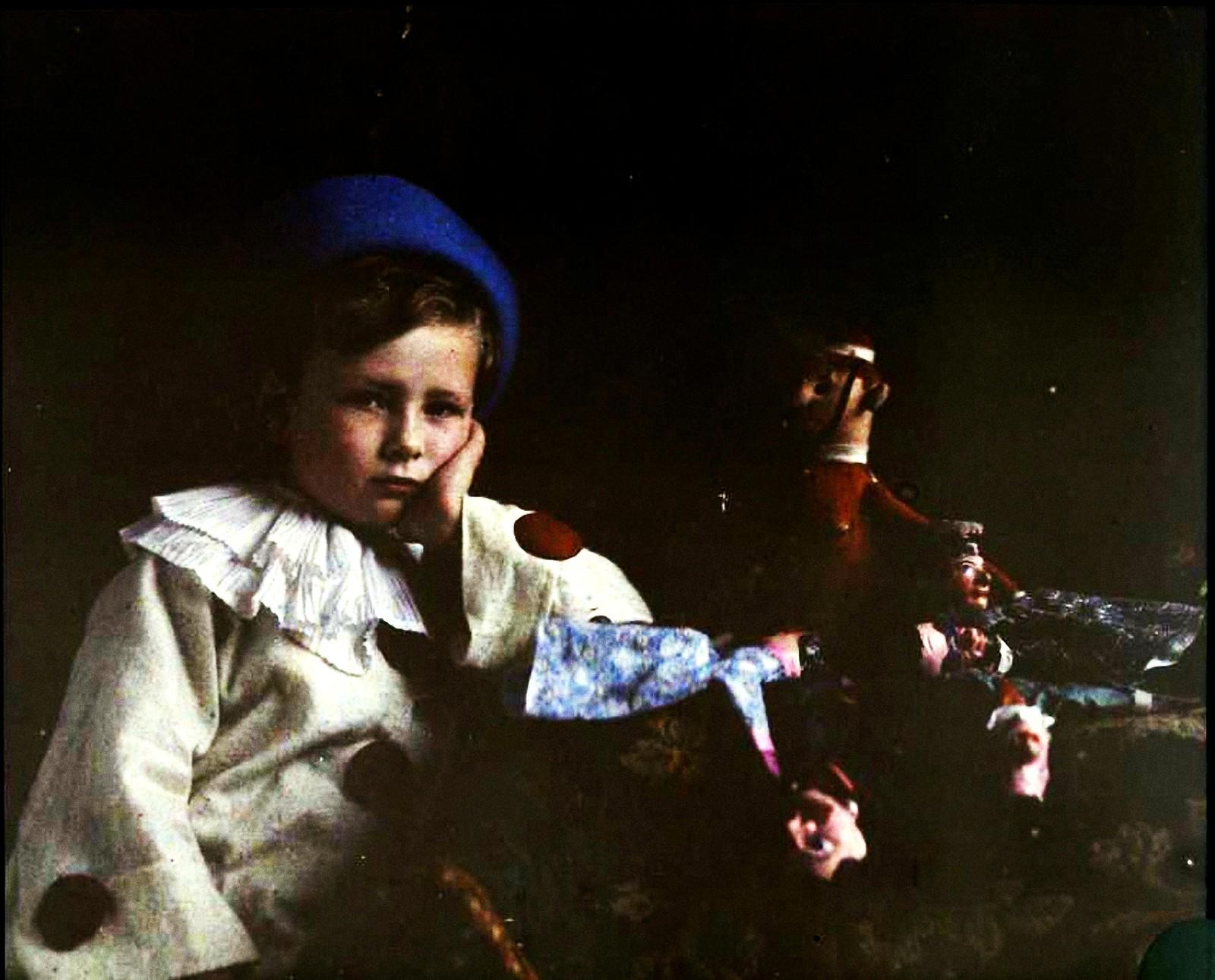 1909. Пьер Гейн в костюме Пьеро, с куклами