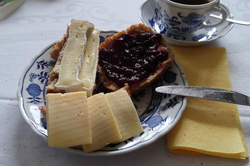 Aufbackbrötchen mit Camembert, Gouda und Kirschmarmelade