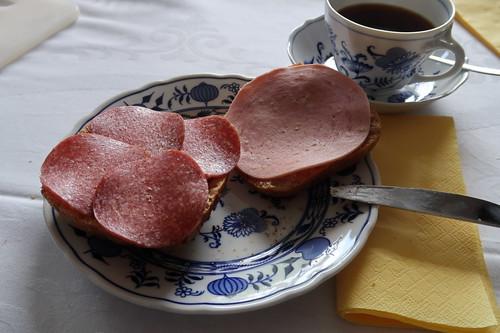 Aufbackbrötchen mit Salami und Fleischwurst