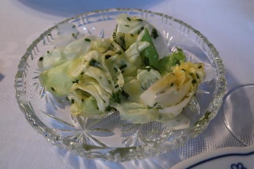 Mit Kräutern aus dem Garten angemachter Salat