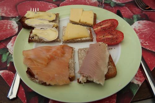 Vollkornbrot mit Lachs, Forelle und Käse