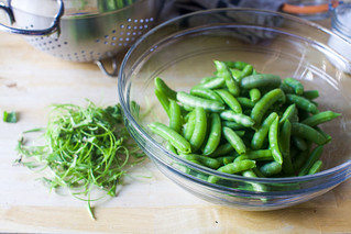 de-string your sugar snap peas