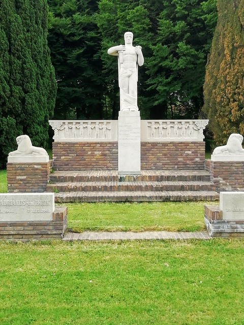 Monument voor de Binnenlandse Strijdkrachten. Gemaakt door Jan van Luijn in 1947