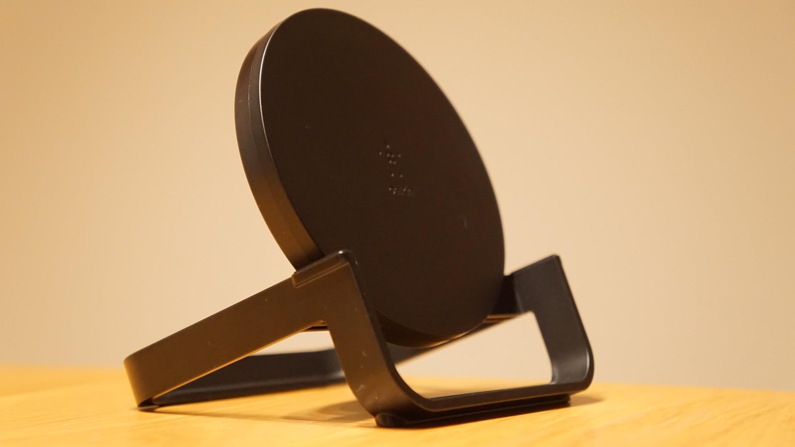 「BOOST↑UP ワイヤレス充電スタンド」のデザイン