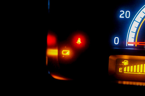 スズキ車の電池消耗警告灯が消えない場合の対処方法