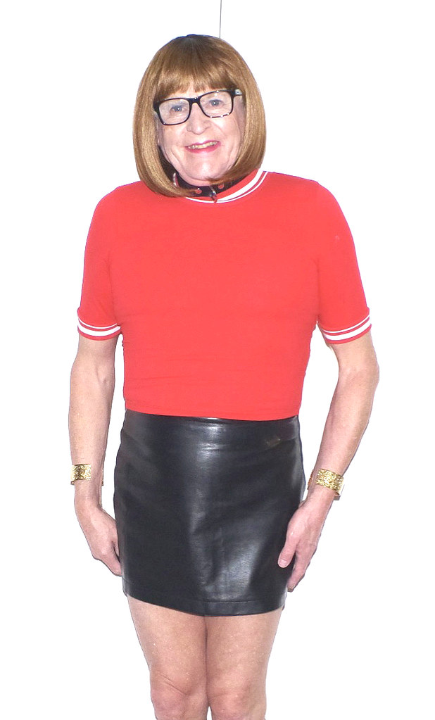 Red top and black leather mini skirt - 4