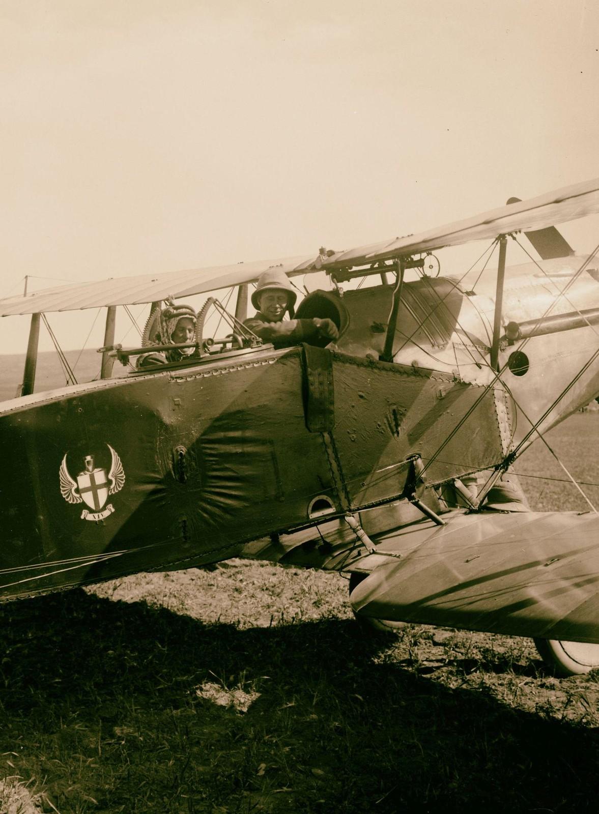 23. Полковник Т. Э. Лоуренс на самолете, готовом к полету в Азрак